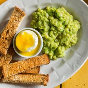 Sticks integrais crocantes com ovo mole e pasta de abacate