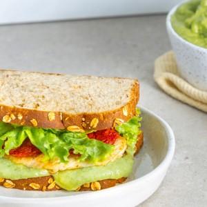 Sanduíche de frango, tomate seco e maionese de abacate