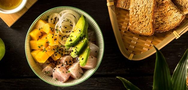 Poke bowl de peixe branco e torradinhas