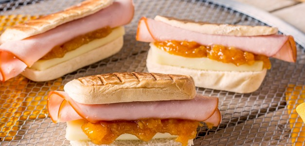 Panini de Nutrellinhas com peito de peru, geleia de damasco e brie
