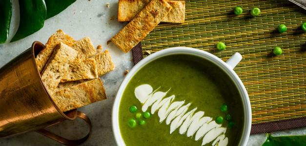 Sopa verde com chips de pão picante