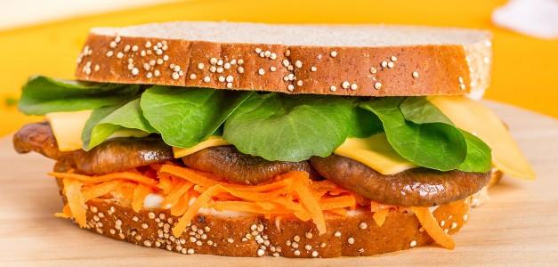Sanduíche de cogumelos, cenoura e queijo
