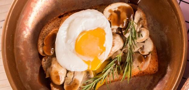 Toast de cogumelos ao vinho com ovo pochê