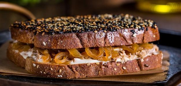 Panini de atum, confit de cebola e crosta de gergelim