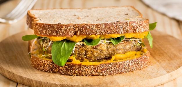 Hambúrguer de lentilha com hummus de cabotiá